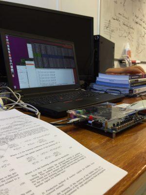研究の様子(論文,FPGA)